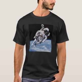 地球の上の宇宙の宇宙飛行士 Tシャツ