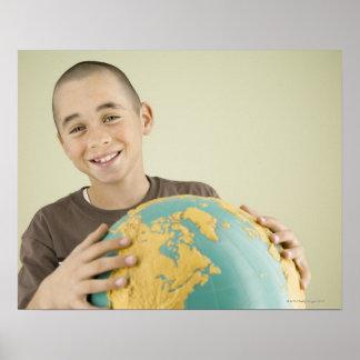 地球を握っている男の子 ポスター