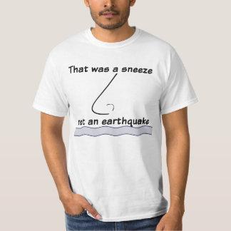 地震はくしゃみをしません Tシャツ