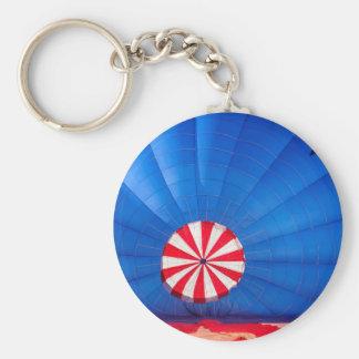 地面で膨脹する青い熱気の気球 キーホルダー