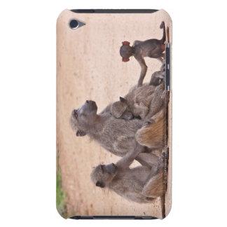 地面に坐るヒヒ家族 Case-Mate iPod TOUCH ケース