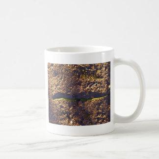 地面の緑ヘビ コーヒーマグカップ