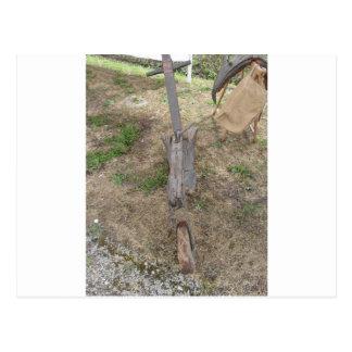 地面の農業の古い木のすき ポストカード
