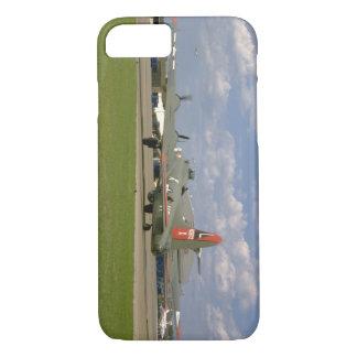 地面のB17、Rear_WWIIの右の飛行機 iPhone 8/7ケース