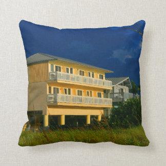 坐る黄色い建物のビーチの家 クッション