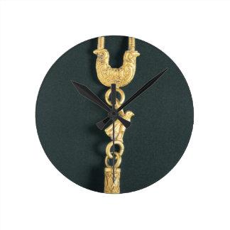 型枠の低下型のペンダントが付いている金ゴールドのイヤリング ラウンド壁時計