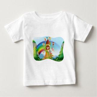 城のまわりで飛んでいる妖精 ベビーTシャツ