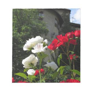 城の庭のカラフルなバラ ノートパッド