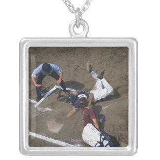 基盤に滑っている野球選手 シルバープレートネックレス