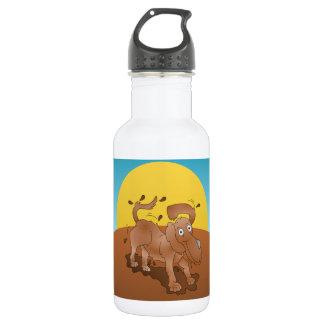 堆肥を離れて揺れているロングノーズ犬 ウォーターボトル