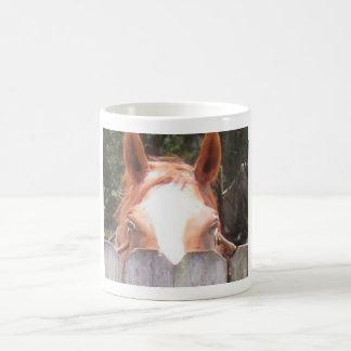 塀にかいま見ているかわいい馬 コーヒーマグカップ
