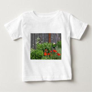 塀の庭の花 ベビーTシャツ