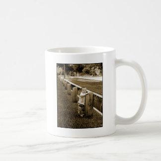 塀の素朴で小さい男の子 コーヒーマグカップ