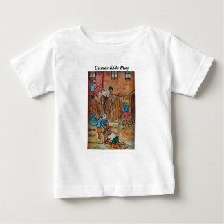 塀、板紙箱のClothesline及び想像 ベビーTシャツ