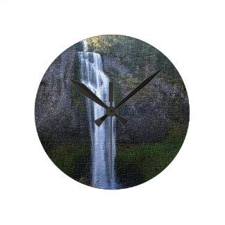 塩の入り江の滝、オレゴンのアートワーク ラウンド壁時計