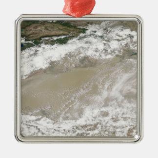 塵および雲はTaklimakan Desに浮かびました メタルオーナメント