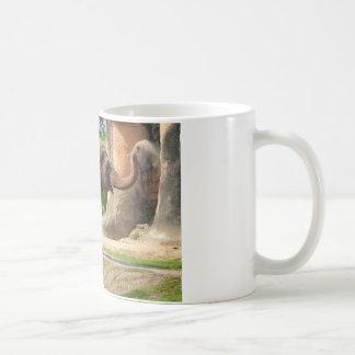 塵のBathを取っている象 コーヒーマグカップ