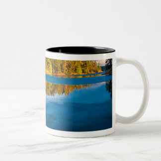境界水の早い夕べの反射 ツートーンマグカップ