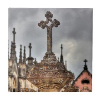 墓地の十字のクローズアップ、ポルトガル タイル
