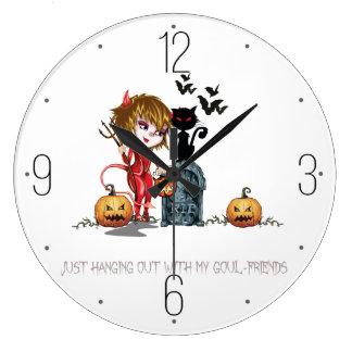 墓地の猫を持つハロウィンの赤い悪魔の女の子 ラージ壁時計