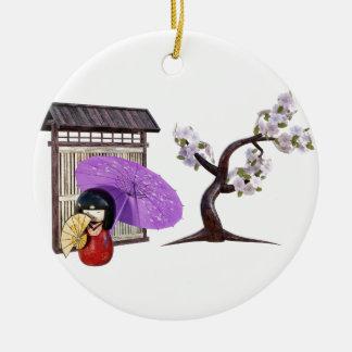 壁および桜が付いている桜の人形 セラミックオーナメント