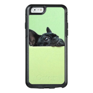 壁に凝視しているフレンチ・ブルドッグの子犬 オッターボックスiPhone 6/6Sケース