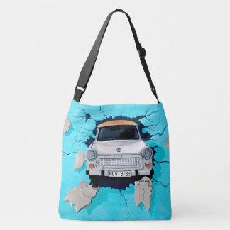 壁の落書きの通りの芸術のバッグを通って衝突する車 クロスボディトートバッグ