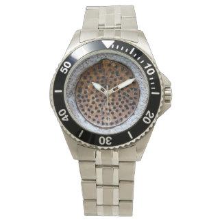 壁の錆つかせた金属の円形の事 腕時計