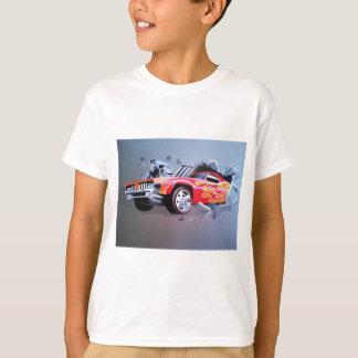 壁を通って衝突する車 Tシャツ