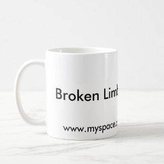壊れた肢は白いコーヒー・マグを撮影します コーヒーマグカップ
