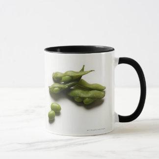 壊れるエンドウ豆の鞘を持つ多数の緑のedamameの豆 マグカップ