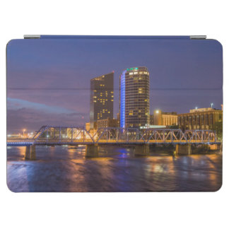 壮大な川の薄暗がりのスカイライン、 iPad AIR カバー
