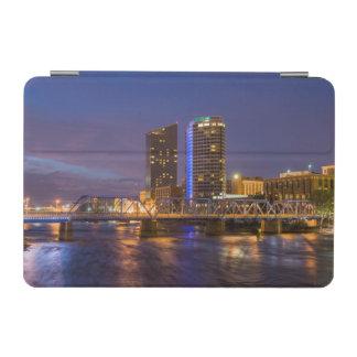 壮大な川の薄暗がりのスカイライン、 iPad MINIカバー