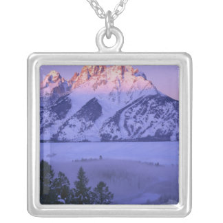 壮大なTETONの国立公園、ワイオミング。 米国. 霧及び シルバープレートネックレス