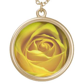 壮麗な黄色バラのマクロ写真 ゴールドプレートネックレス
