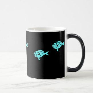 変形させている海のGlow_Aquaの青いハタ モーフィングマグカップ