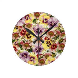 夏のパンジーの野生の花のモノグラム ラウンド壁時計