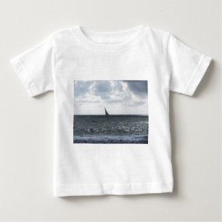 夏のレガッタの間のビーチの海岸 ベビーTシャツ