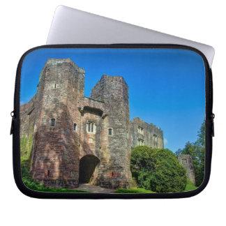 夏の日の英国の城の入口 ラップトップスリーブ