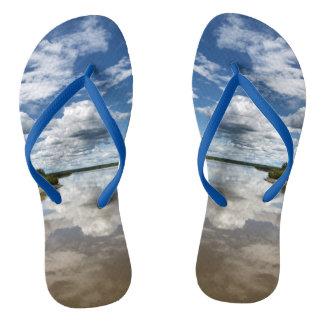 夏の景色: 水の反射を曇らせます ビーチサンダル