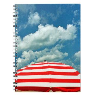 夏の空のビーチパラソルのノートジャーナル ノートブック