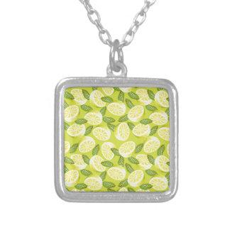 夏黄色の黄色いレモン切れそして葉 シルバープレートネックレス