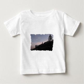 夕べのハイキング ベビーTシャツ