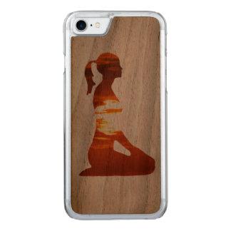 夕べの太陽でめい想しているヨガの女性 CARVED iPhone 8/7 ケース