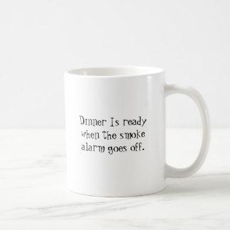 夕食は煙探知器が消えるとき準備ができています コーヒーマグカップ