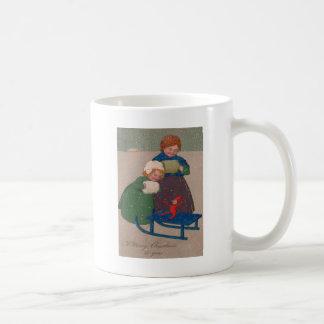 外で子供そりと コーヒーマグカップ