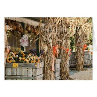 外気のファーマーズマーケットによって飾られる秋の表示 カード