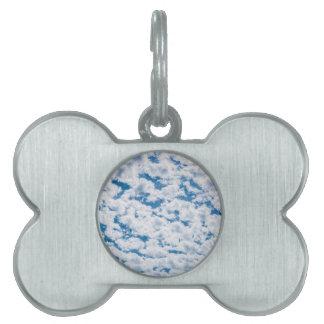 多くの小さく白い雲および青空 ペットネームタグ