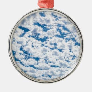 多くの小さく白い雲および青空 メタルオーナメント