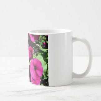 多くの紫色のペチュニア コーヒーマグカップ